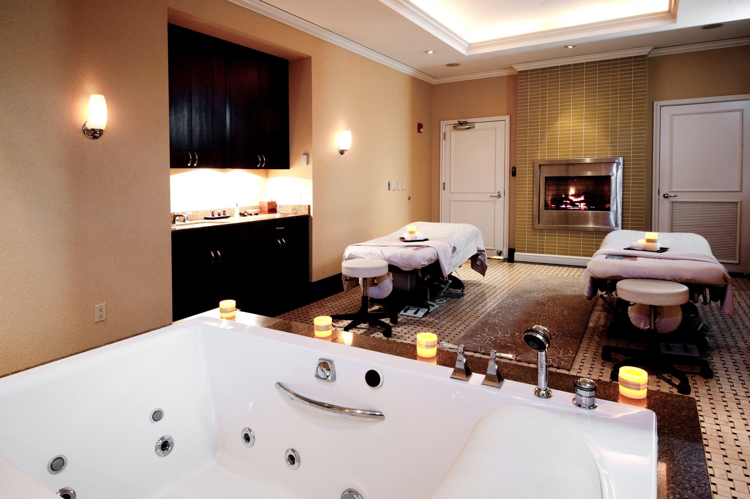 couples room tub.JPG