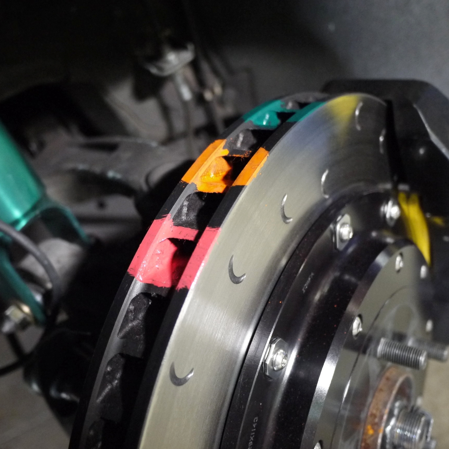 STEP 4 - Apply each color in the specific order of temperature thresholds. The Green paint oxidizes at the lowest temperature, while the red paint has the highest temperature resistance.Be sure to apply the paints to the friction rubbing surfaces and inner vanes of the brake disc. There are variations in the temperature at the rubbing surfaces versus the inner vanes (disc core temperature).