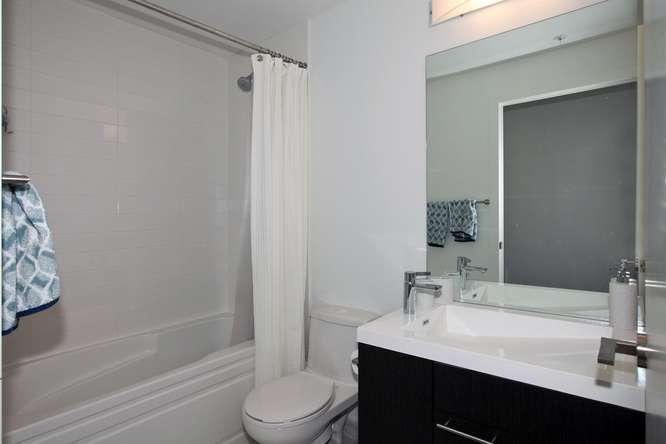 30 Nelson St Unit 423 Toronto-small-025-22-Main Bathroom-666x444-72dpi.jpg