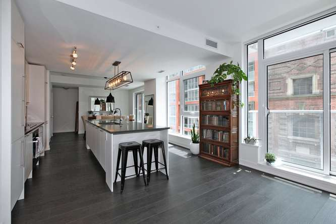 30 Nelson St Unit 423 Toronto-small-018-13-KitchenBreakfast Bar-666x444-72dpi.jpg