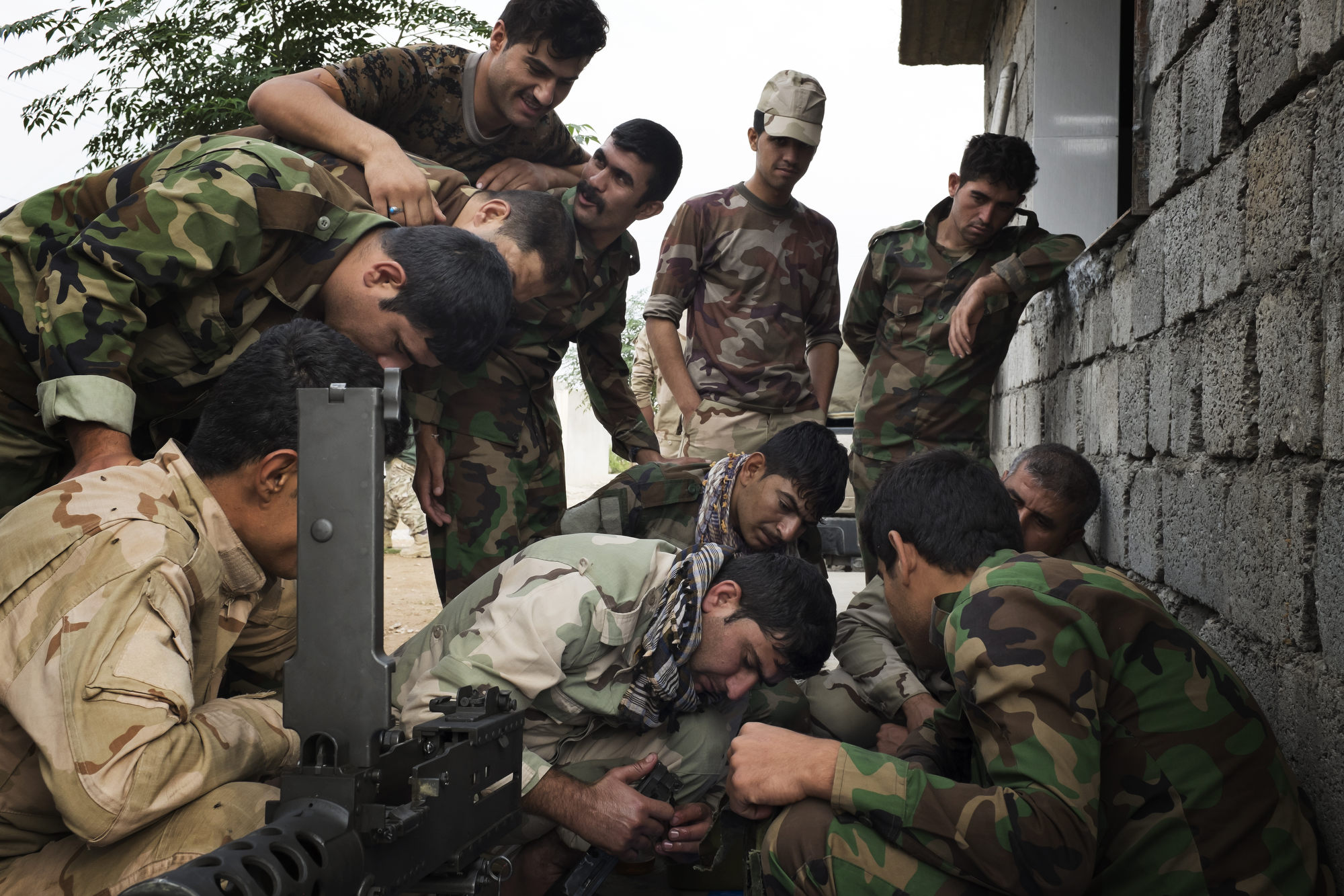 Peshmerga train to use a machine gun donated by the French government.