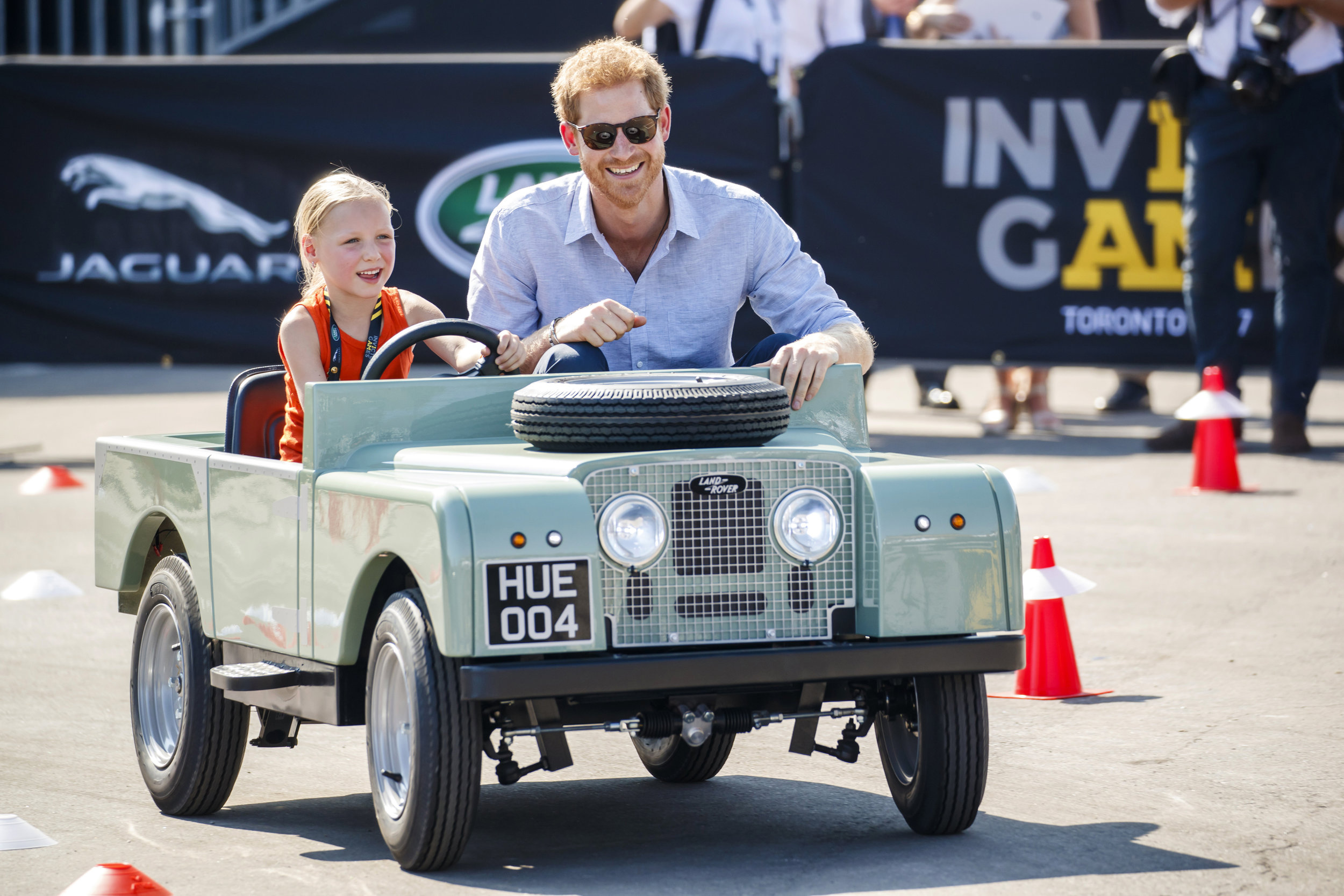 oaJjXK8qI-ERSpa0j6ncaEhfhe2pdlbB_Prince_Harry_drives_with_five_year_old_Daimy_Gommers__daughter_of_Dutch_Invictus_Games__Toronto_2017_competitor_Paul_Gommers_at_the_Jaguar_Land_Rover_Driving_Challenge_in_Toronto__Canada_.jpg