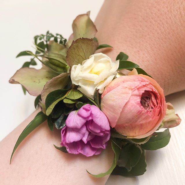 🌀Learn how to make wearable floral pieces like a flower cuff or hair piece with the experienced floral designers of Hillsborough's @orlayaflora ! ☺️On Saturday April 27th, our friends Katherine + Katie are hosting a 🌸Floral Jewelry🌸 workshop at Durham Garden Center!10a-11a🌞All materials included in registration price of $40🌞Call us at 919.384.7526 to pay & reserve your seat!💫Who doesn't need more flowers in their life (or hair)???😍