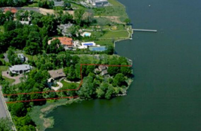 Sellers Try to Auction off Kings Point Property   Newsday