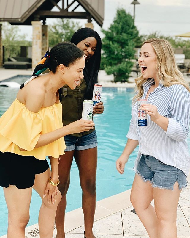 Nothing like an impromptu happy hour with my girls. We are hanging poolside any chance we get this summer (bc Texas) and it just got even better because of @bonandvivspikedseltzer. Y'all my friends and I were shocked at how much they taste just like sparkling water. No weird aftertaste, just bubbles. With only 90 calories and no sugar, these should be your new poolside staple. #BONandVIV #sponsored • • • • #summerfun #summertime #goingup #happyhour #dietfood #poolside #poolday #dallasblogger #dallasinfluencer #targetdoesitagain #theeverygirl #theeverydaygirl #blondesandcookies #risingtidesociety #thenativecreative #daretocreate