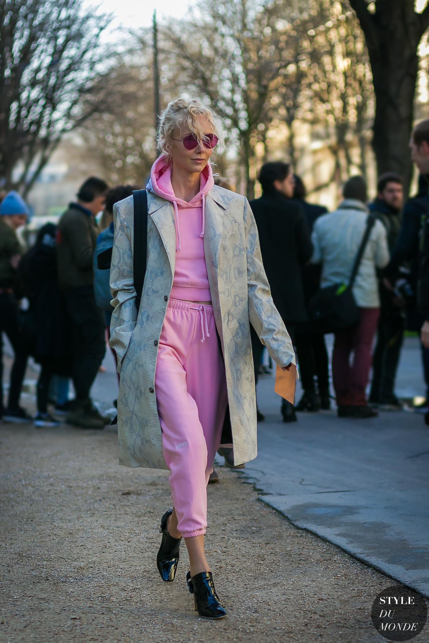 Photo via http://www.styledumonde.com/2017/03/paris-fashion-week-fall-2017-street-style-olga-karput-pink/
