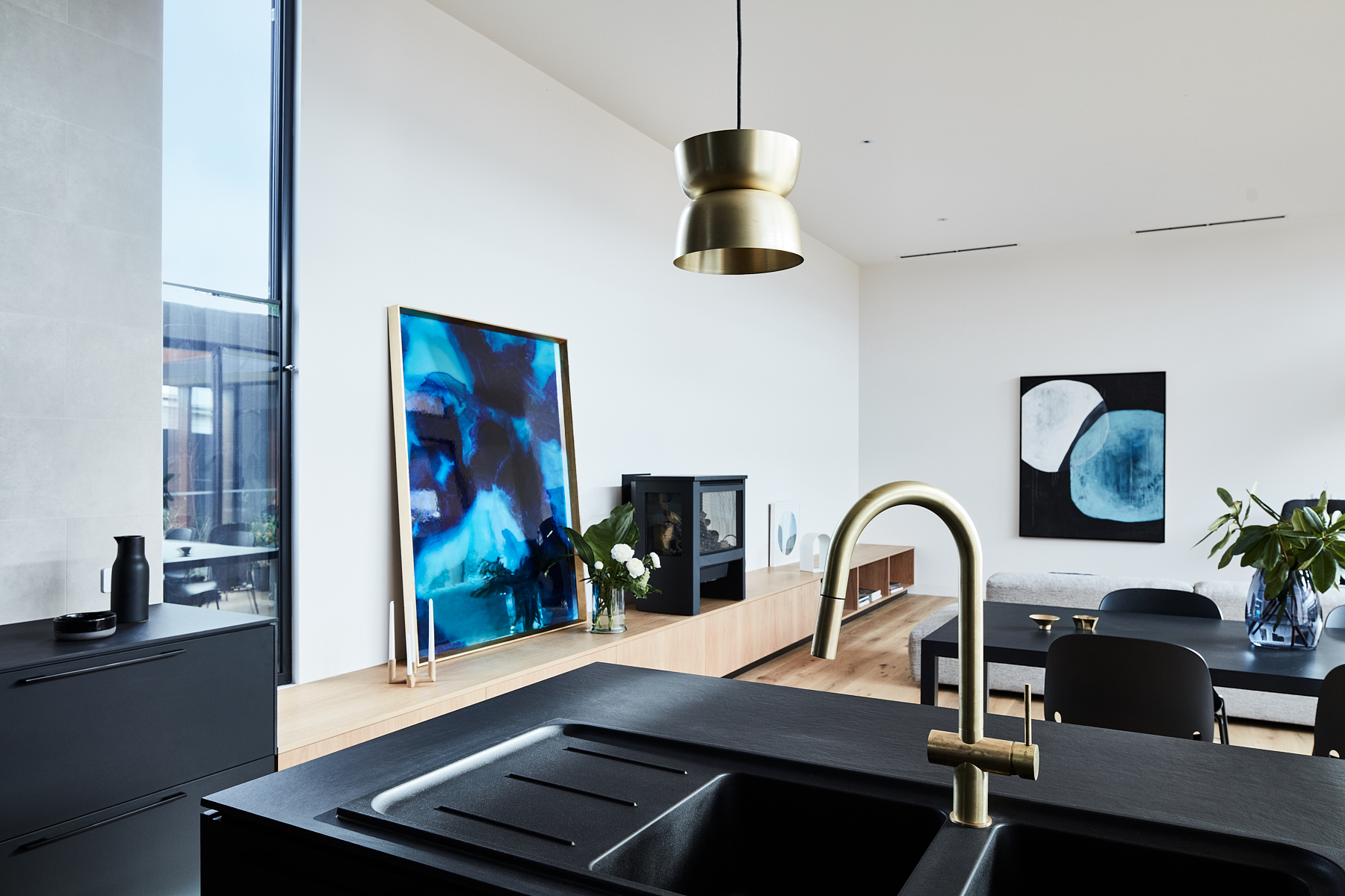 THE DETAILS °Sofflo Dining Table + Intro Dining Chairs  @piancadesign  Match XL sofa + Mono side table: @prostoria  °Large leaning art: Megan Weston  @mwestonart  °Hanging art: KimmiLee art: @kimmilee_art  ° @sussextaps  @haymespaint  @rylockaustralia  @airsmart_au   @hurfordwholesale