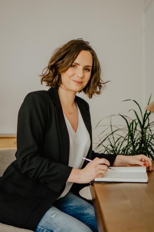 Coachs, consultants, freelances, transformez votre expertise en une entreprise en ligne prospère. Accompagnement premium Lucie Davioud.