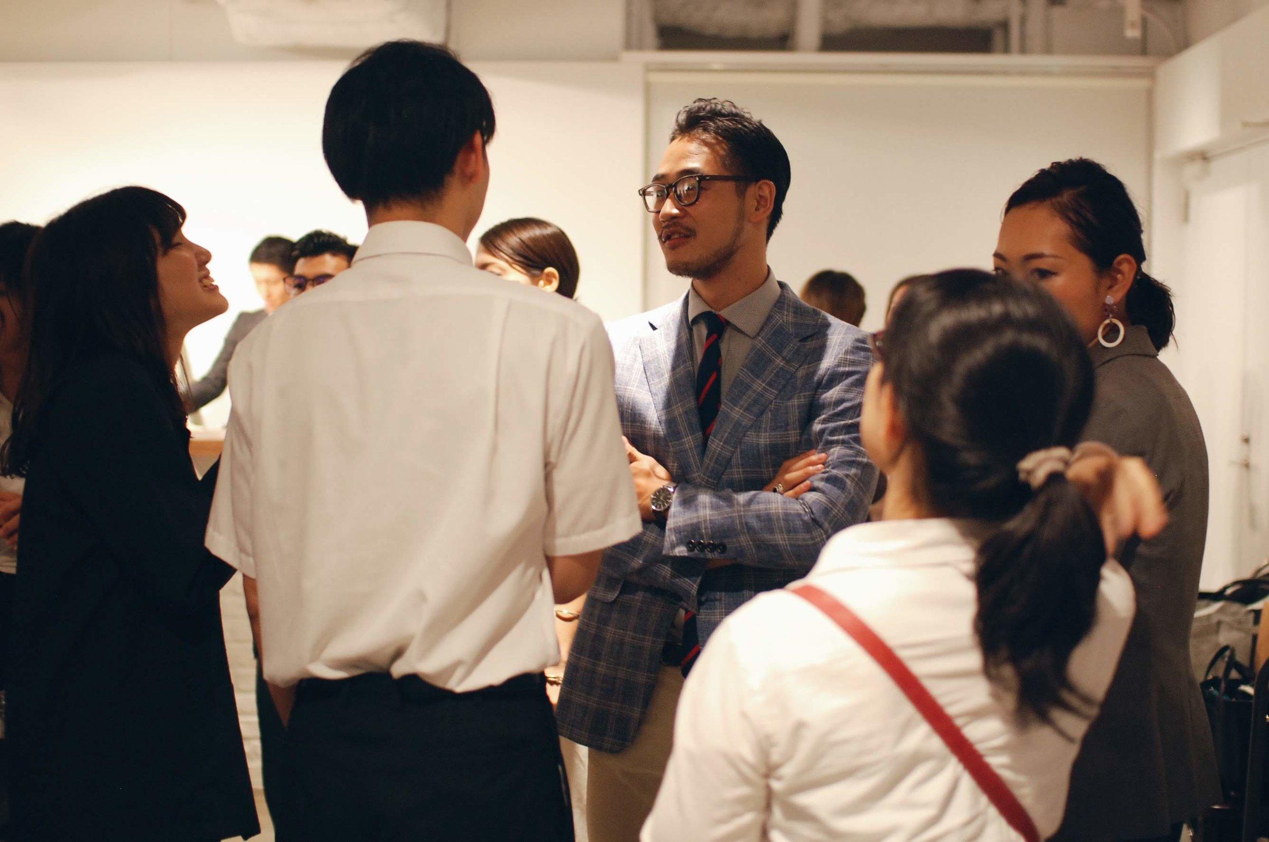 セミナー後の懇親会では、参加者のキャリア相談に自ら積極的に耳を傾けている。