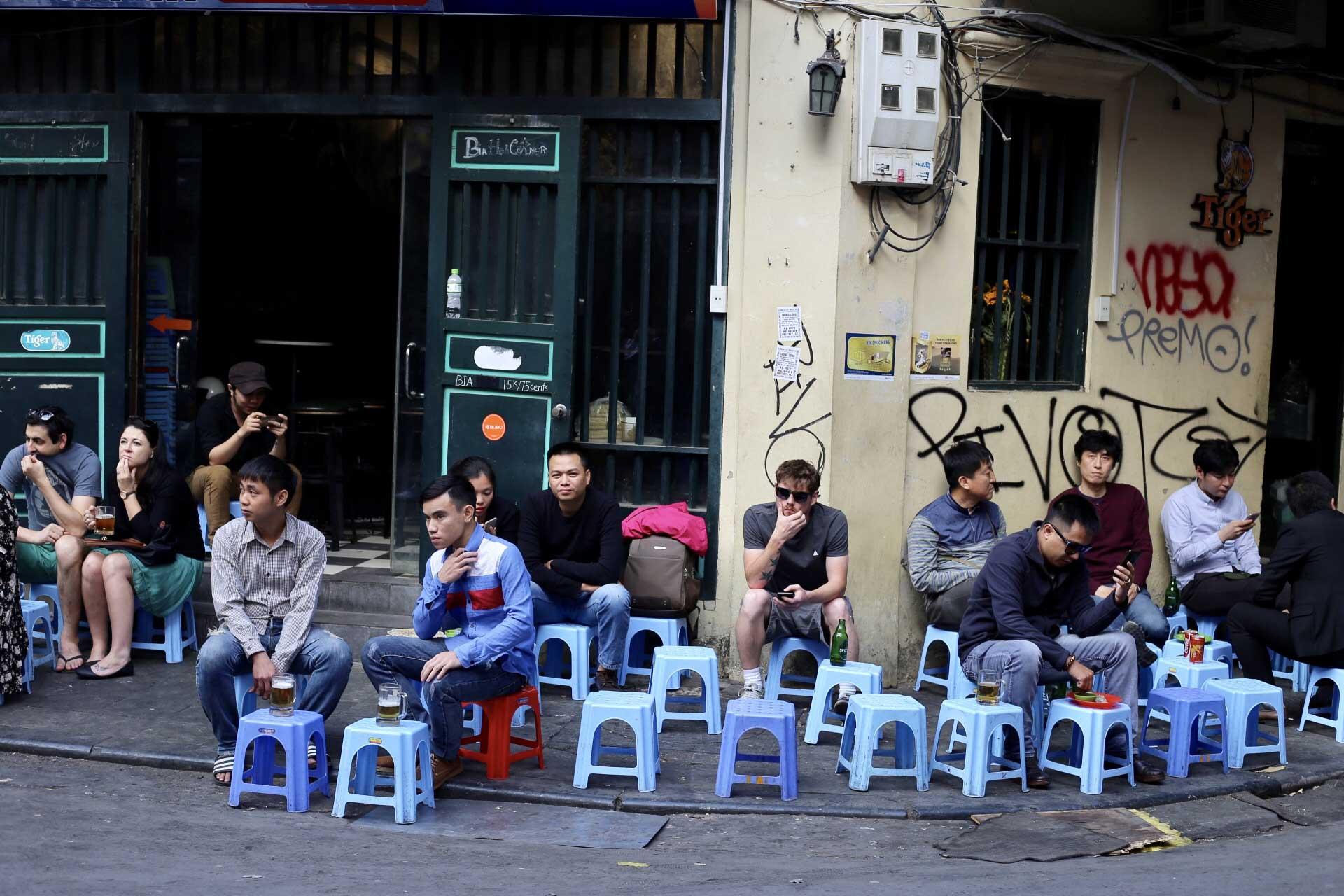Bia Hoi Corner: 20 Tạ Hiện, Hàng Buồm, Hoàn Kiếm, Hà Nội, Vietnam.