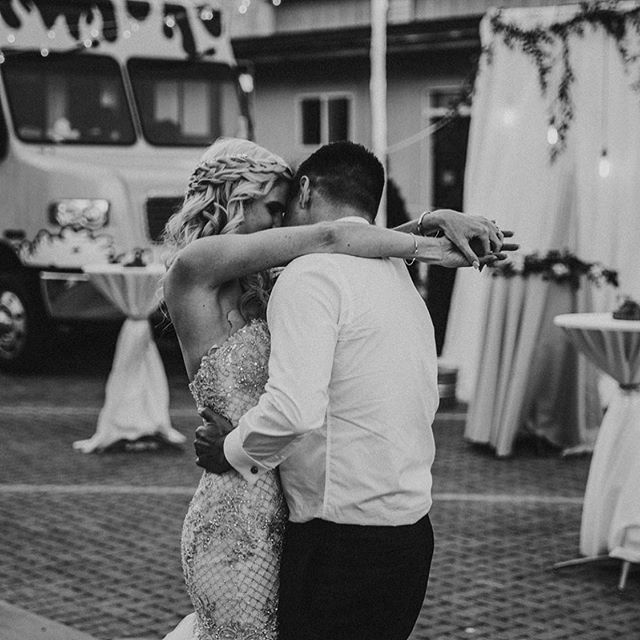 Oh @abbyblossomphoto we are smitten over this photo!  You captured Jessica + Nick and the vibe of this day perfectly!  This wedding was chalk full of unexpected details such as choosing a venue that has never hosted a wedding before and letting  guests choose from @meltfoodtruckidaho or @cupbopidaho
