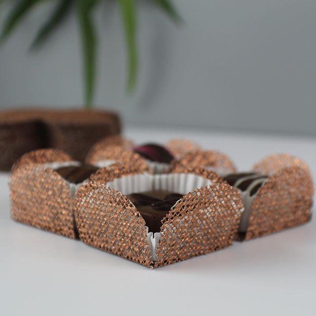 Good I love this color 🥰❤️#copper #partydecorations #truffles #trickrtreat #weddingcandies #chocolate #bonbonchocolat #brigadeirosgourmet #brigadeiros #desserttable