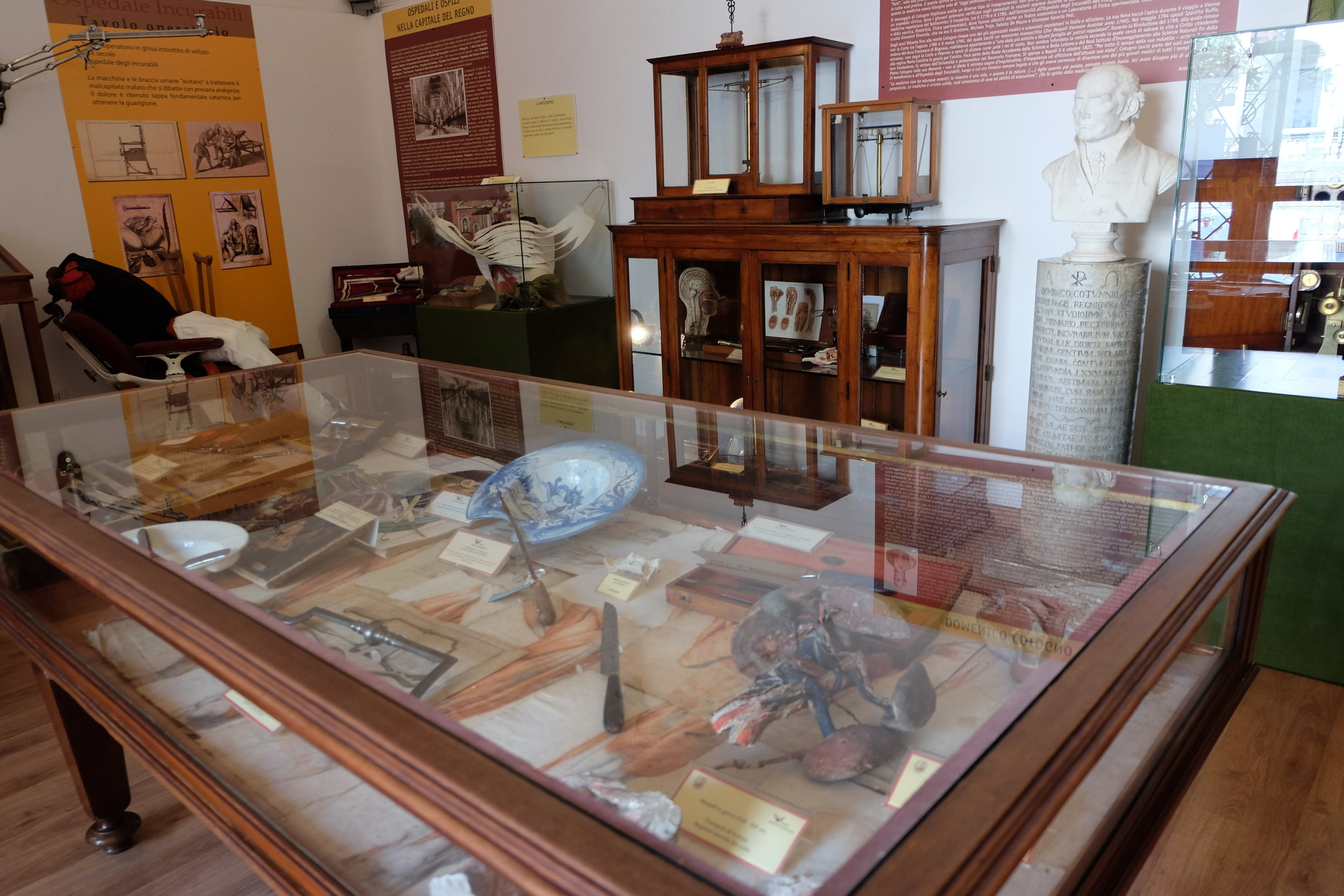 The rooms of the Museum show artefacts from the history of Medicine.