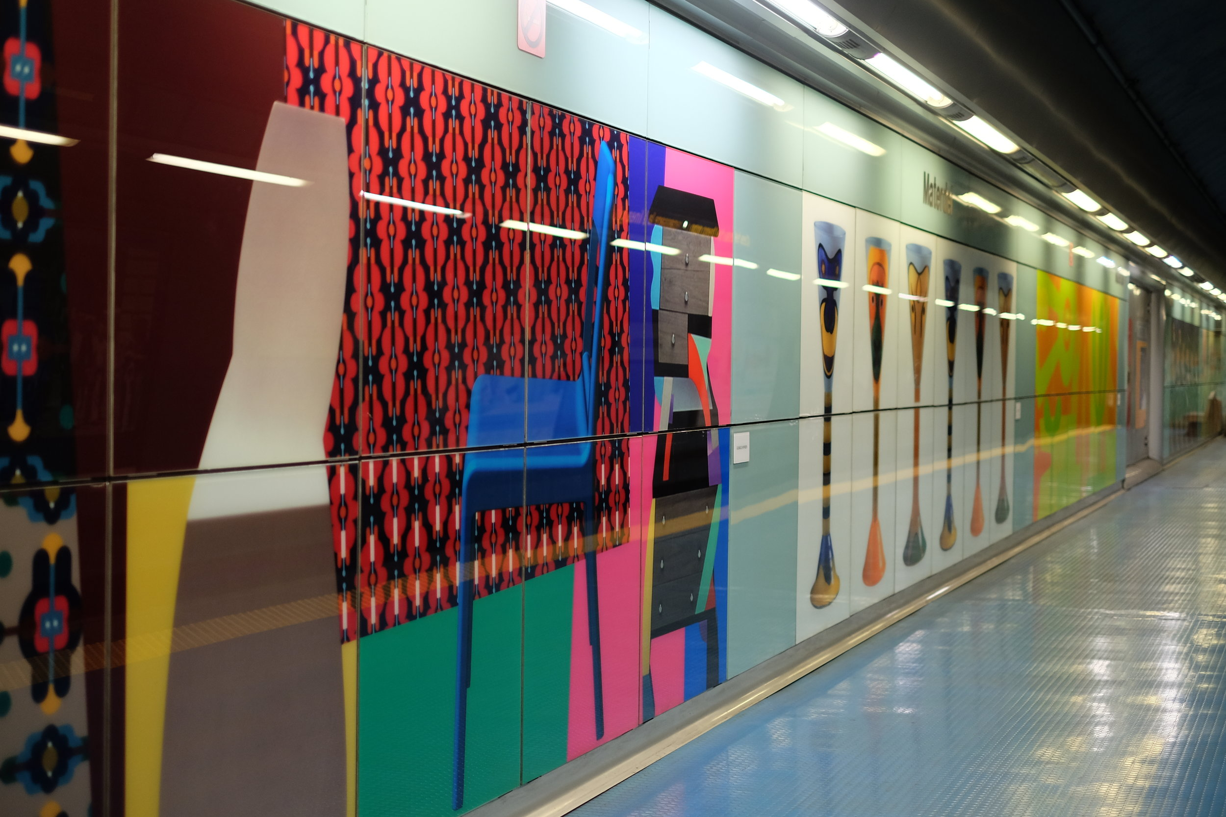Bright colours and photographic panels.