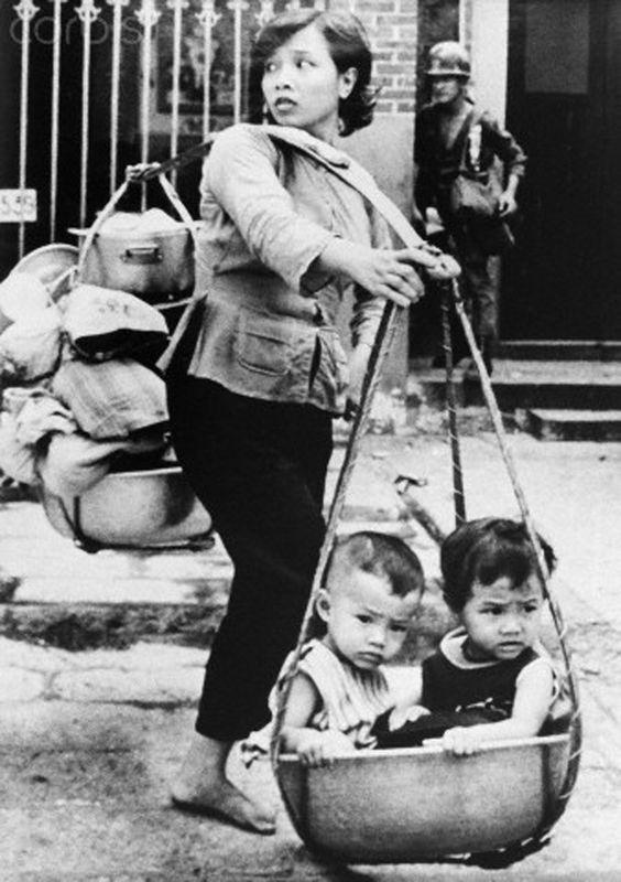 Escaping during Vietnam War. May 1968  © Nik Wheeler/Corbi