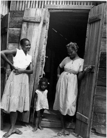 9946_haiti_devant_la_case_1958_rmn.jpg