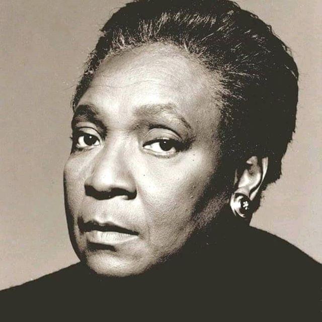 """""""Si aujourd'hui je me sens allégée des entraves identitaires c'est parce qu'elle m'a, avec d'autres auteurs, ouvert une voie et montré un autre chemin possible. Ses romans ont été pour moi comme un""""coutelas défrichant le terrain de mon identité"""". Sa voix a fait écho à l'éducation reçue de ma mère. Cette éducation qui m'intimait de ne pas subir moi aussi, l'esclavage; qui me suppliait d'affirmer toujours qui j'étais, sans peur, sans honte et sans laisser les autres raconter mon histoire à ma place ; qui me rappelait que les fardeaux passés ne devaient pas embuer mes yeux au point de me rendre aveugle de mon temps."""" Sur le blog, hommage à #MaryseCondé #SurlavoieCondé"""