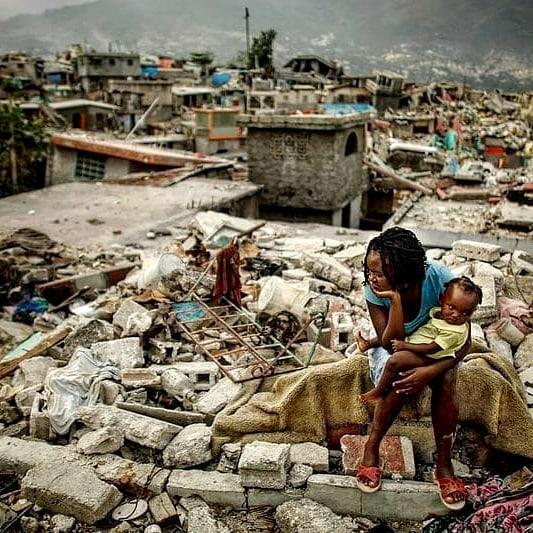 Ne jamais oublier le séisme du 12.01.2010 en Haïti et ses environ 250,000 morts, 300,000 bléssés, son  nombre effroyable d'amputations. Ce jour marque aussi la date anniversaire du premier article de mon blog, de cette urgence de partager et de commenter ce qui me touche. Pa'p jan bliyé #Ayiti