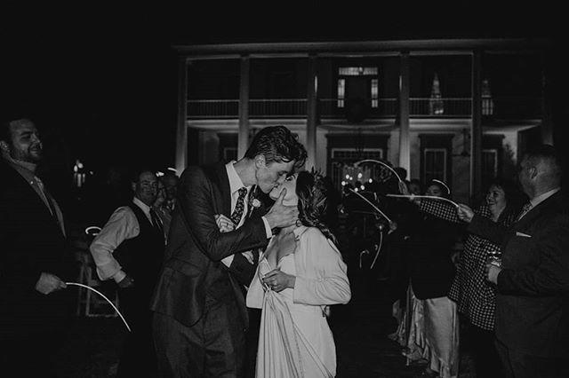 I sure love a good wedding exit 😍 • • • • #angelasavantphotography #louisianaphotographer #louisianawedding #weddingphotography #moodybride #moodyphotography #justalittleloveinspo #junebugweddings #thatlacommunity #thatsdarling #peoplescreatives