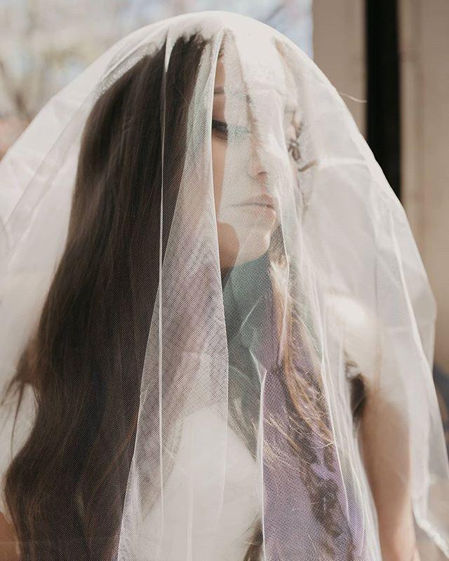 Bridal goddess. • • • #angelasavantphotography #louisianaphotographer #bride #bridalportrait #moodyphotography #moodybride #weddingchicks #thatlacommunity #thatsdarling #peoplescreatives #wildhairandhappyhearts #heywildweddings #heyheyhellomay #bohobride