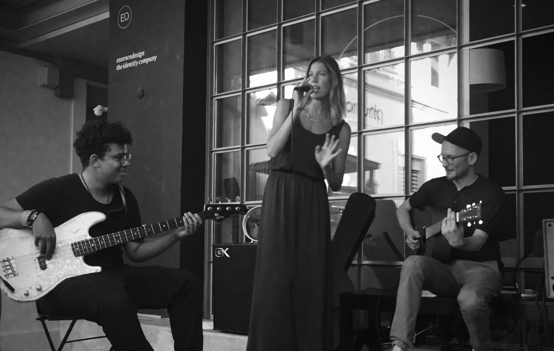 Fanny Leeb, Keni Arifi (acoustique) et Teo Ziga (basse)