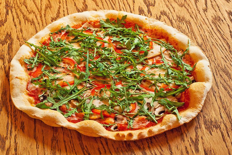 Фортунато - 530.00 р.   Сыр моцарелла, шейка свиная, бекон, маслины, помидоры черри, руккола. 470 г