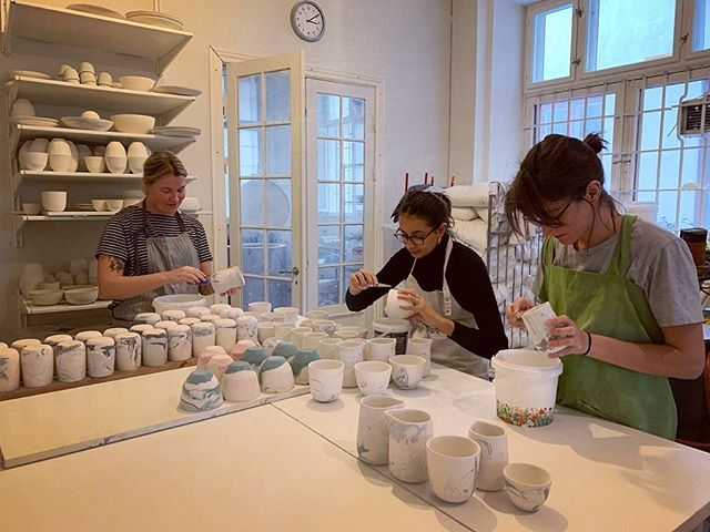 Last week we glazed a lot of pitches and cups. Can't wait till tomorrow to open the kiln and see the results! At the moment we have 3 interns helping out at the studio. Say Hi 👋 to Vilde (Norway), Albane (France) and Bojana (Australia/Serbia) #handmade #porcelain #coffeeshop #coffeetime #minimalism #studio #ceramicstudio #art #cph #denmark #design #scandinaviandesign #nordic #work