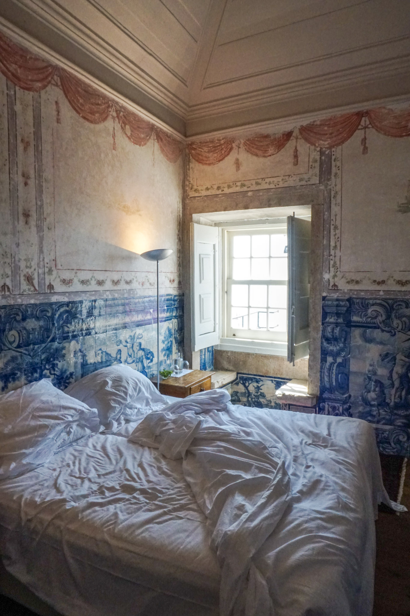 curio.trips.portugal.lisbon.palacio.belmonte.room.jpg
