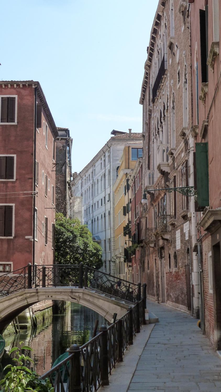 curio.trips.italy.venice.canal.footpath.jpg