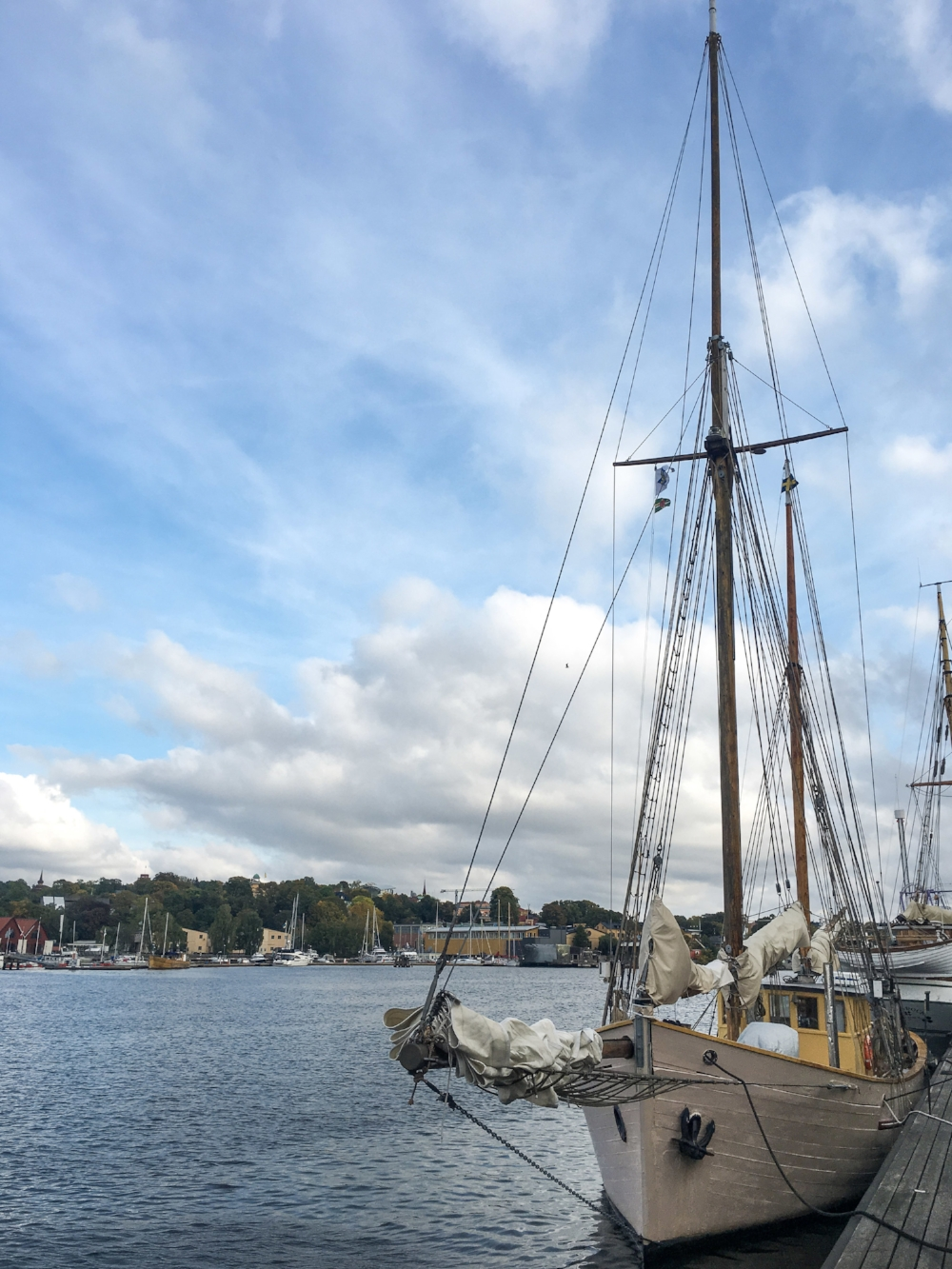 curio.trips.sweden.stockholm.waterfront.boats.iphone.jpg