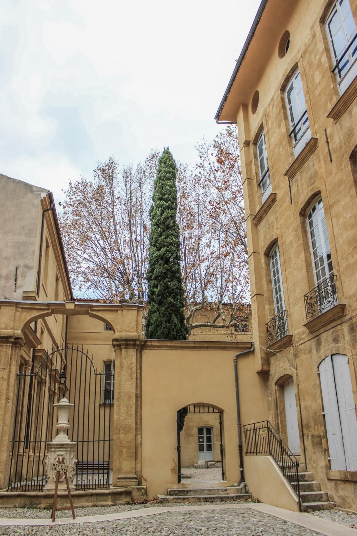 curio.trips.provence.courtyard.jpg