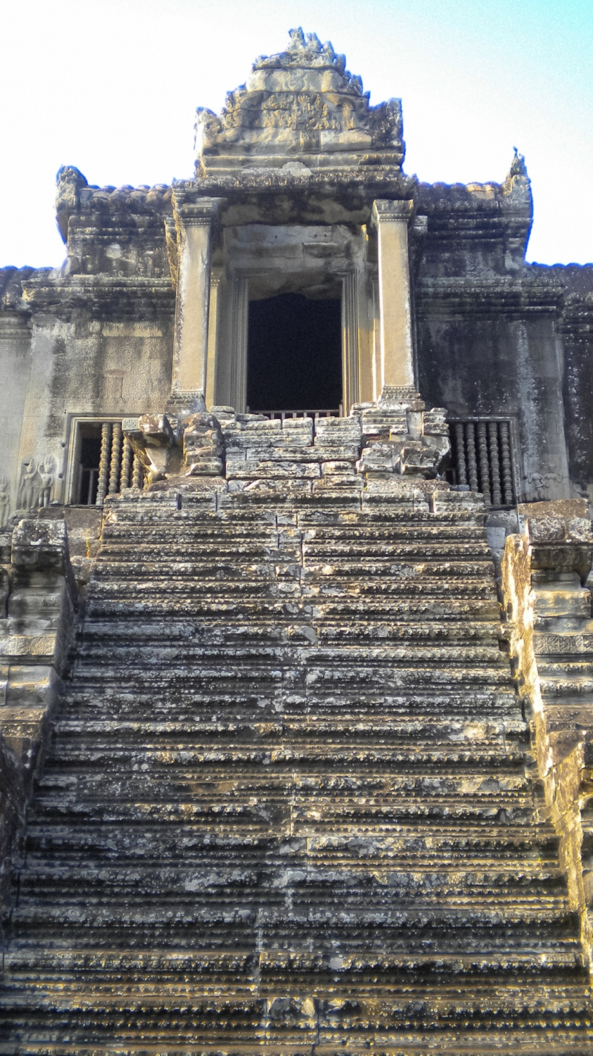 curio.trips.cambodia.siem.reap.angkor.wat.temple.steps1.jpg