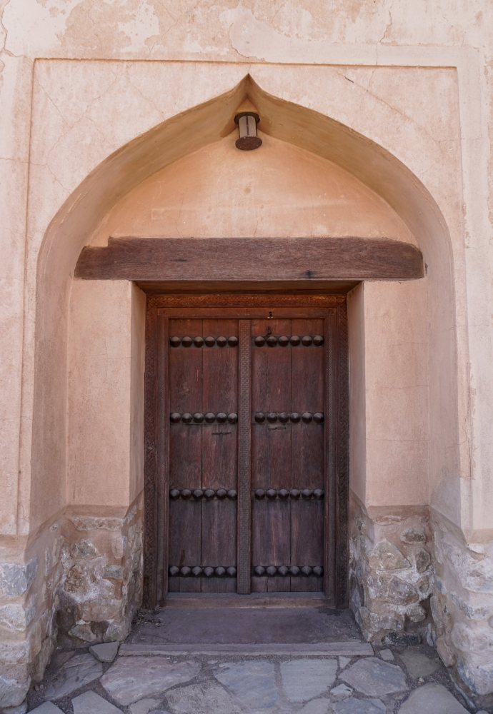 curio.trips.oman.nizwa.castle.exterior.door.portrait-2.jpg