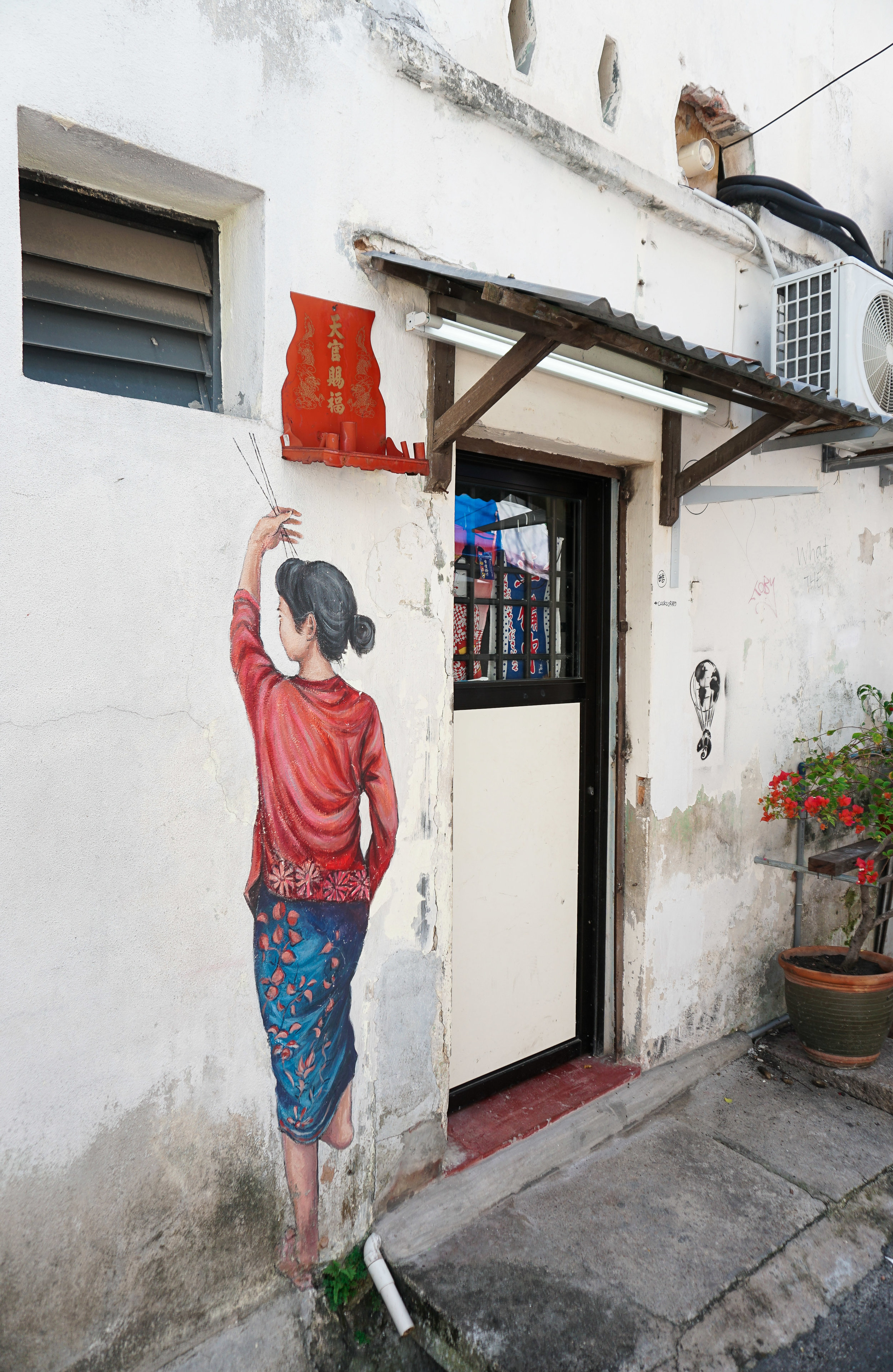 curio.trips.malaysia.penang.street.art.woman.in.red.portrait.jpg