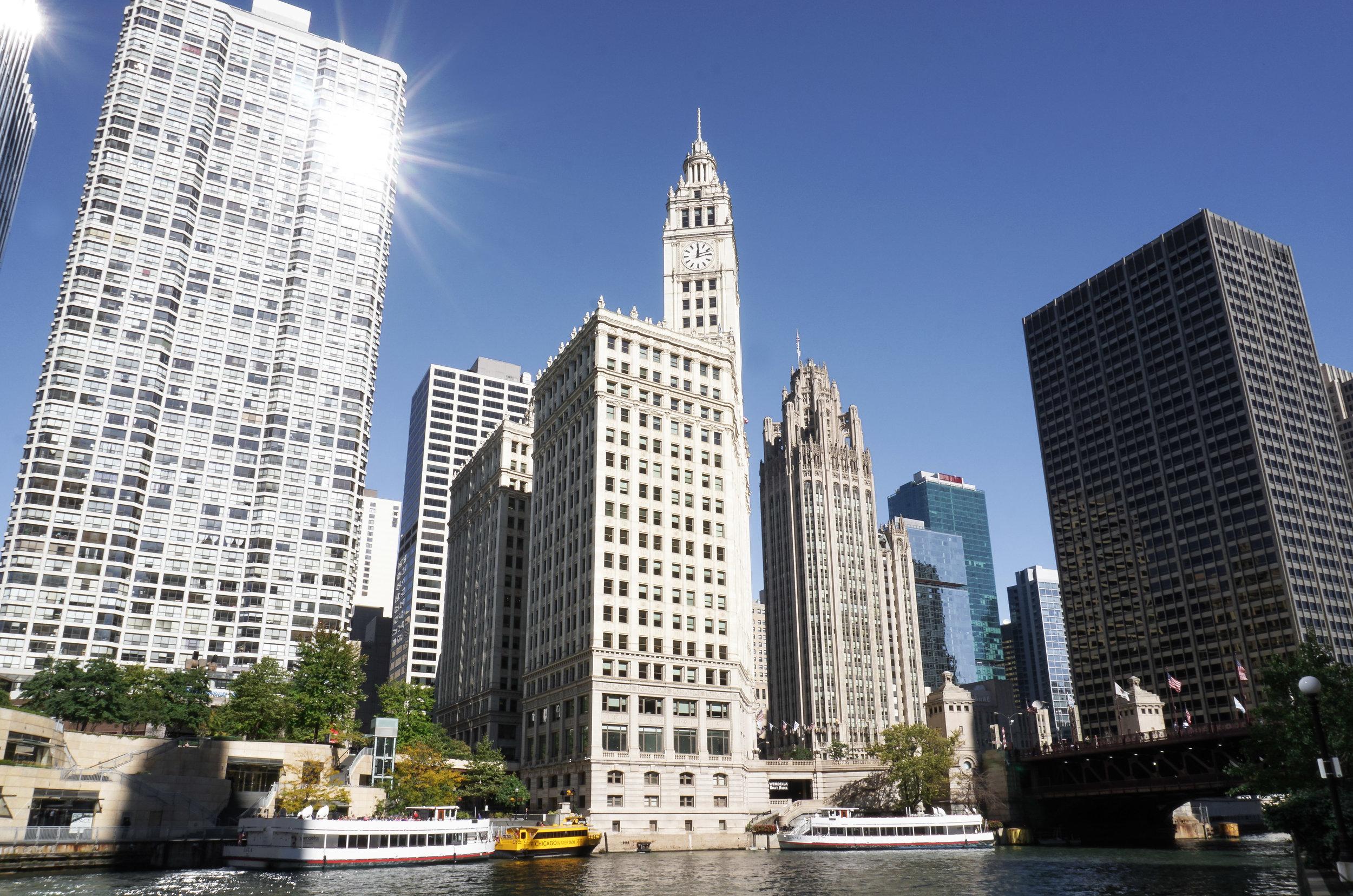curio.trips.usa.chicago.river.skyline.sun.landscape.jpg
