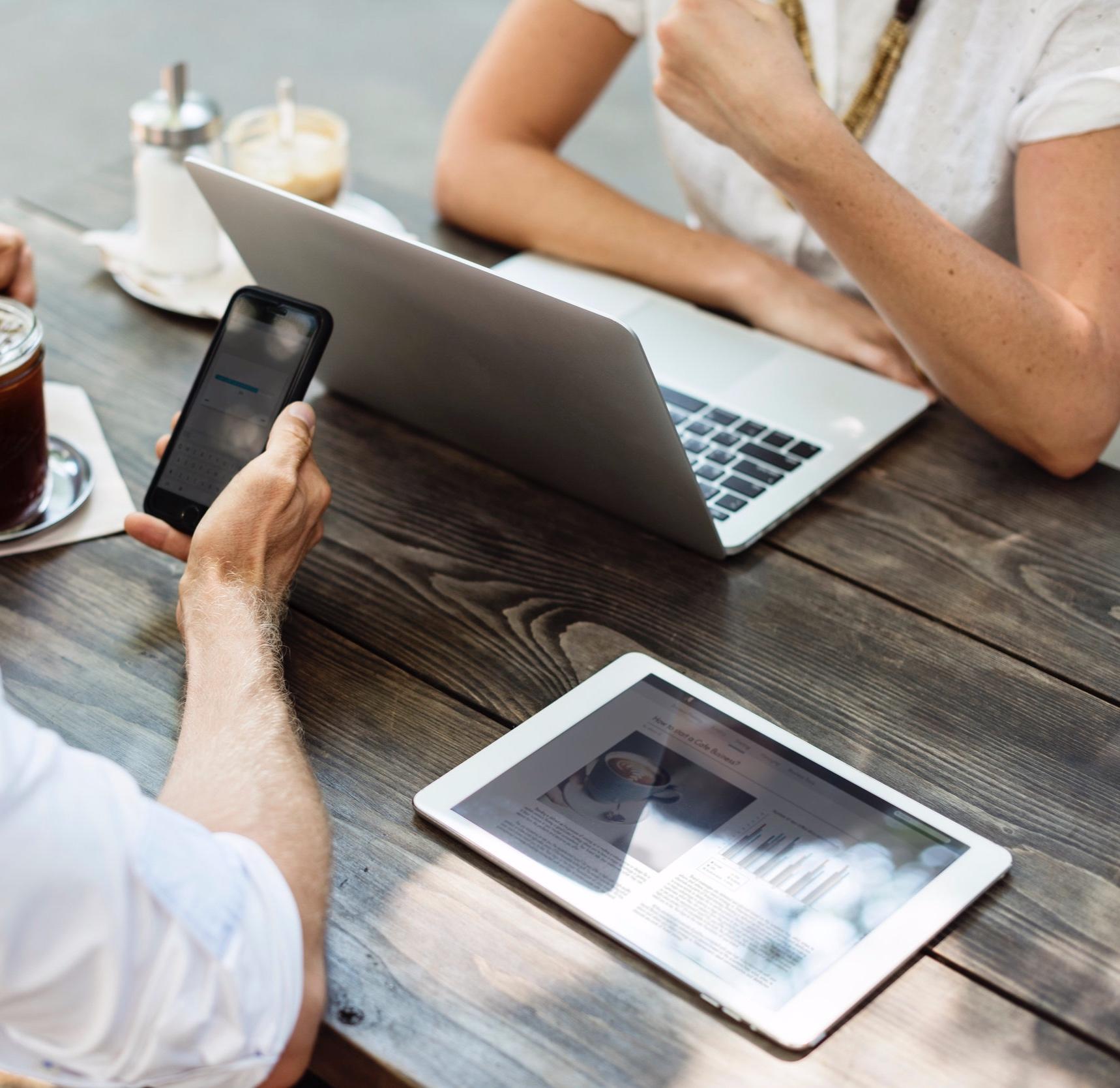 ¿Cómo funcionan? - Plataforma Online: Tu lugar virtual de aprendizajeTrainings en Vídeo: Tu entrenamiento y formación donde quieras, a tu ritmoMateriales de Trabajo en PDF: Tu guía para poner en práctica lo aprendidoClases y Coaching Online en Directo: Tu oportunidad de interactuar y hacer tus preguntas en vivoComunidad Virtual: Tu oportunidad de conocer y compartir con tus compañeros de Programa