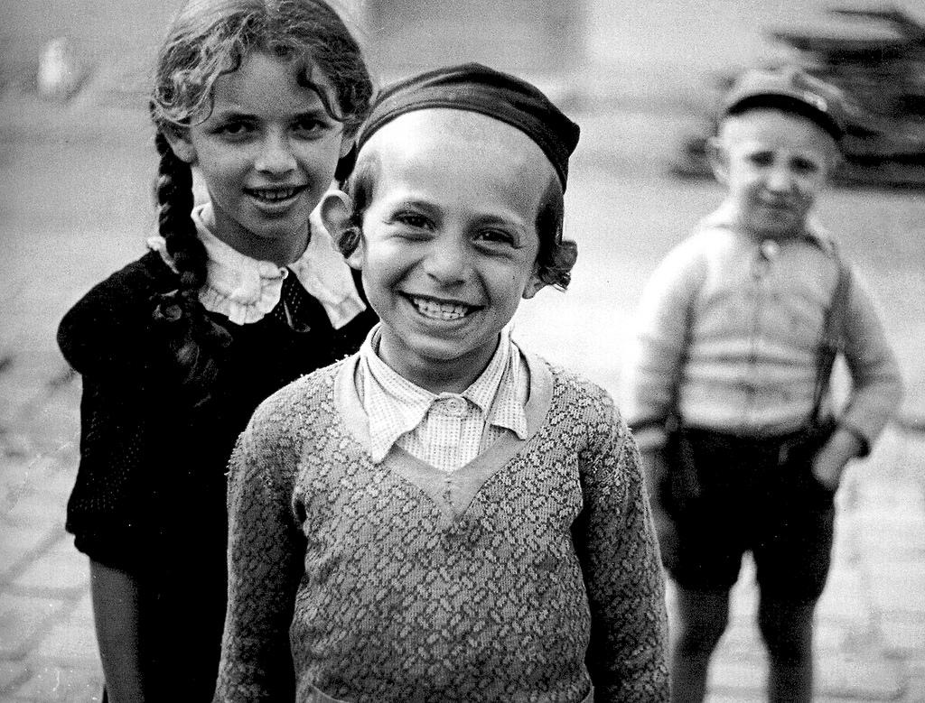 Smiling children, Mukacevo. Roman Vishniac.jpg