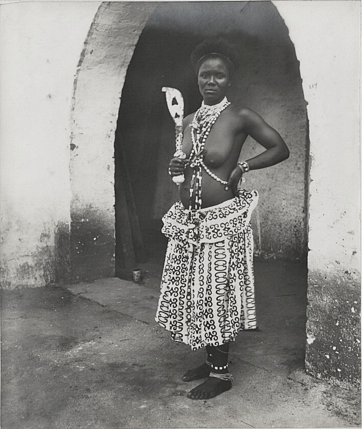 Fetish woman, Accra. (= a priestess of the traditional religions),  Accra, 1890s. The National Archives UK [OGL (http://www.nationalarchives.gov.uk/doc/open-government-licence/version/1/)]