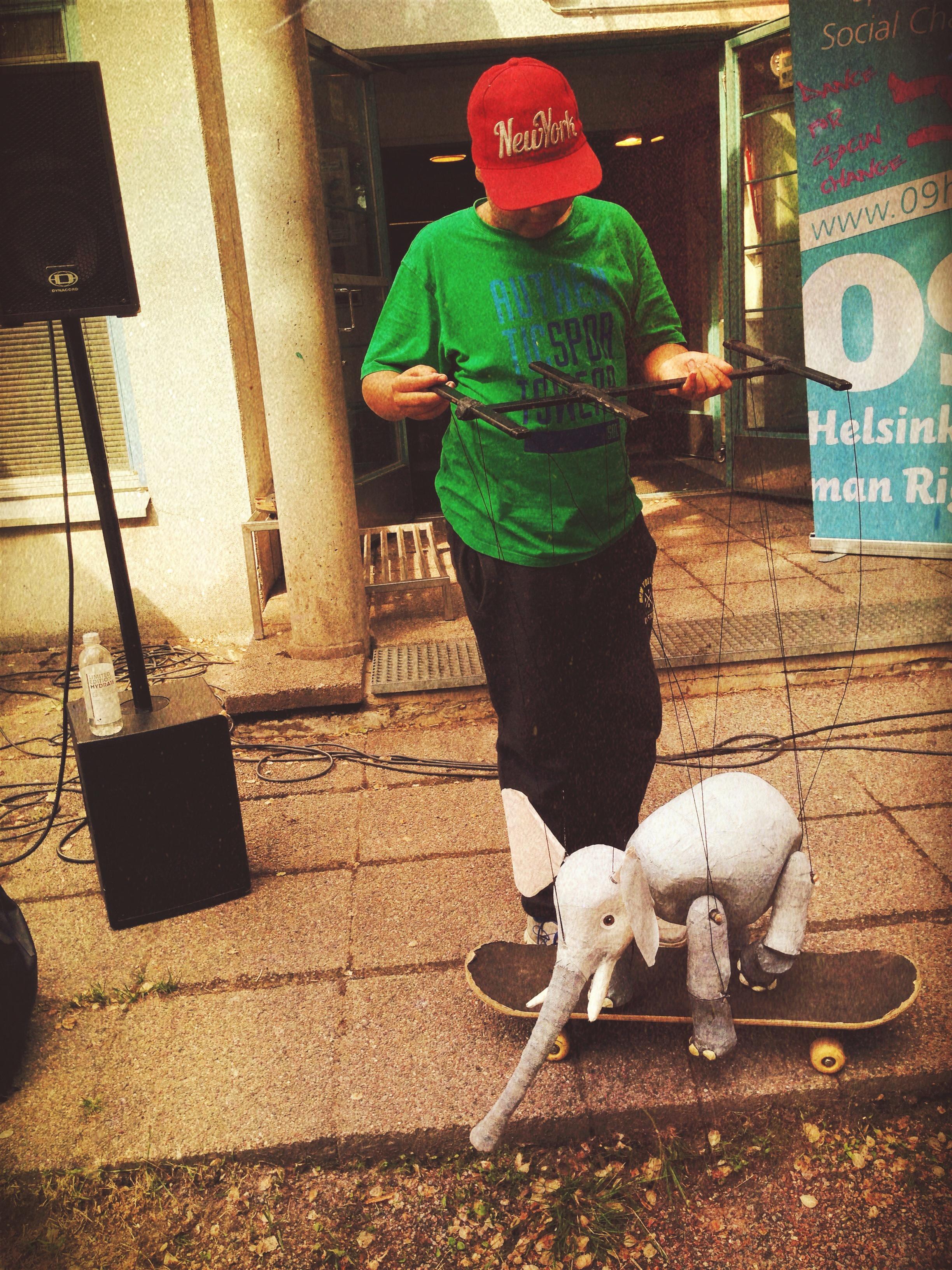 """""""Marionettielefantti opettelemassa skeittaamaan...""""  Me-säätiön avaaman Mellunmäen ME-talon ja sen piirissä toimivan Kulttuurikulma Feeniksin avajaistunnelmia keväältä 2017, Voimauttavan taiteen äärellä ry & Maria Baric Company yhteistyössä 09Helsinki Human Rights -säätiön kanssa."""