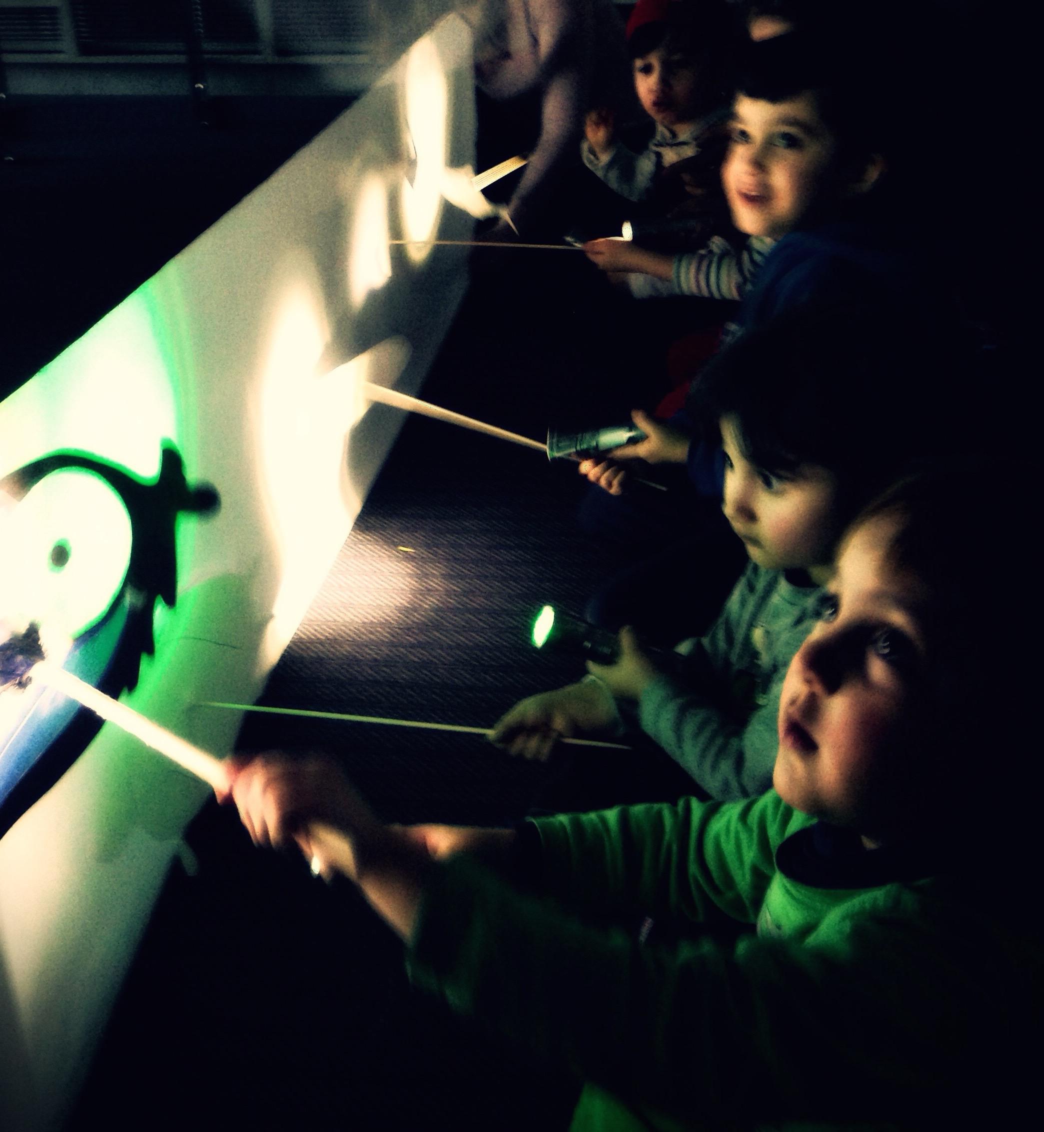 Kohtaamisia vastaanottokeskuksessa.  Keväällä 2016 Maria Baric Company järjesti vastaanottokeskuksen pakolaislapsille ja -nuorille musiikki- ja varjoteatterityöpajoja, joissa lapset työstivät yhdessä esityksen.  Heidän tarinansa.  Projekti toteutettiin yhteistyössä mm. monikulttuurisen Orkesteri Tempon kanssa.