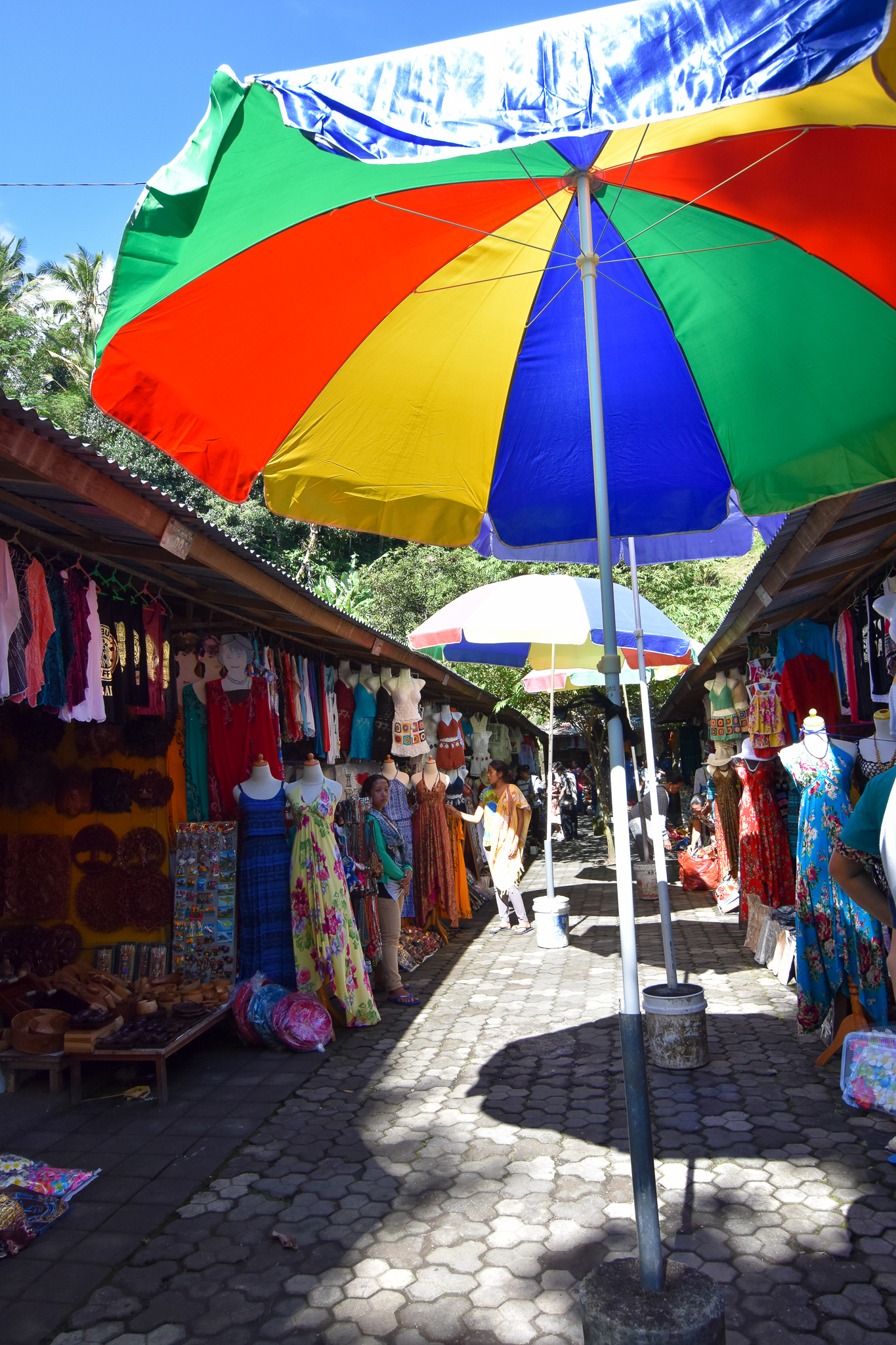 Outside this temple is a market full of vendors selling all kinds of Balinese stuff like clothes, jewelry, bags, etc.