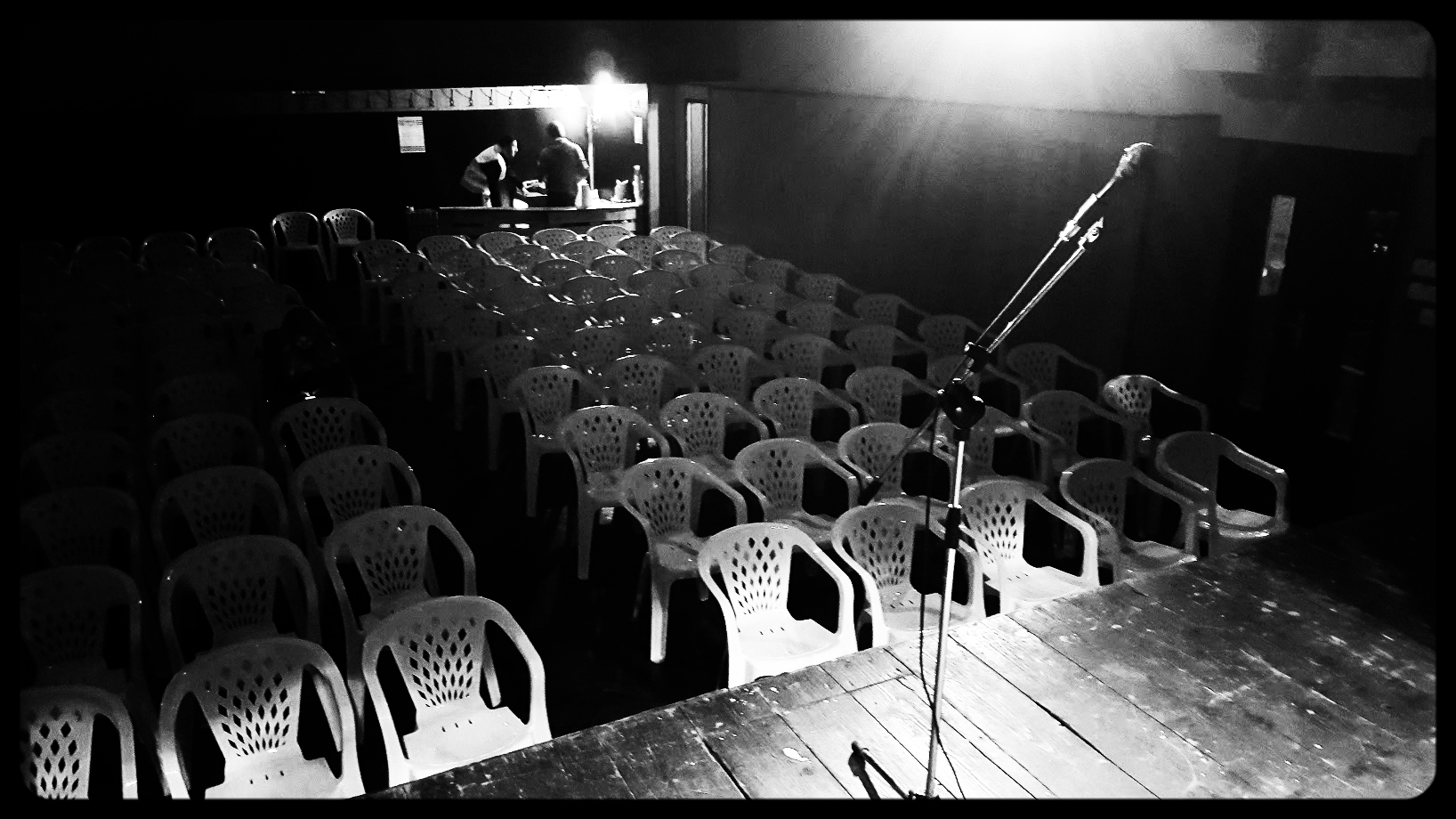Eno uro pred nastopom: dvorana v Hotedršici, ki smo jo pozneje napolnili do zadnjega kotička.