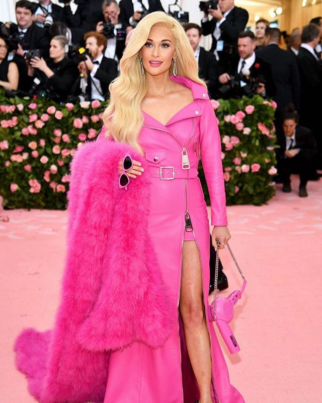 In our wildest dreams we always knew we needed to see @spaceykacey carry a hot pink PURSE VERSION of the conair pro style hairdryer we grew up using. Thank you @moschino 😭 #metgala #barbie #kaceymusgraves #moschino