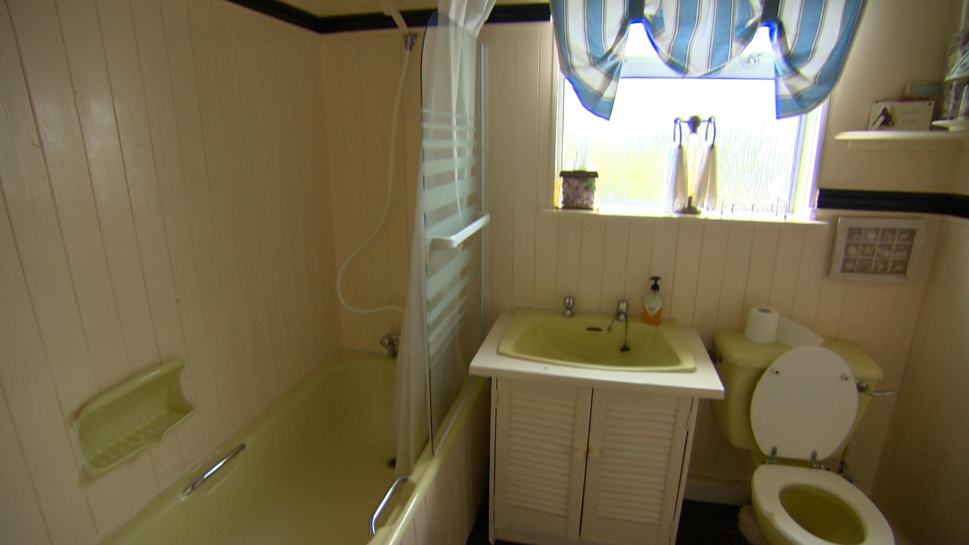 TX4 RTI10 Sutton BEFORE Bathroom .jpg
