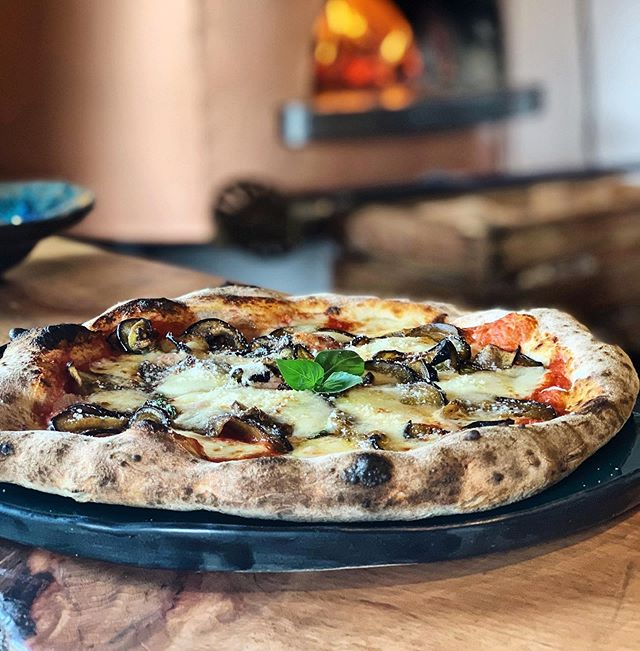 Mmmmonthly Pizza is here 🍕We took Parmigiana di Melanzane and turned it into a pizza. Flavorful aubergines make it such a summerly pizza. . . . #chuelebrunne #chüelebrunne #chüelebrunnepizza #holzofenpizza #zumikon #küsnacht #zollikon #forch #goldküste #zürich #züri #pizzaparmigiana
