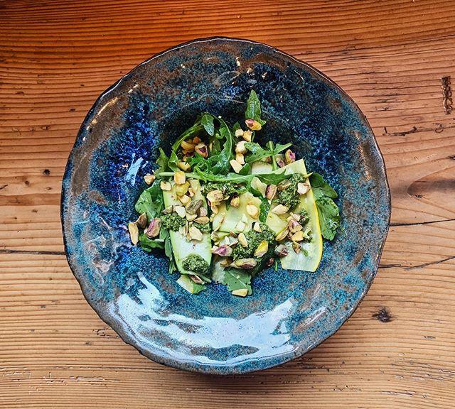 Our weekly salad is on the green side 🌿🌱🍀☘️ Arugula, zucchini carpaccio, homemade pesto and pistachio. . . . #chuelebrunne #chüelebrunne #chüelebrunnepizza #holzofenpizza #zumikon #zumiker #zumi #küsnacht #zollikon #forch #goldküste #zürich #züri