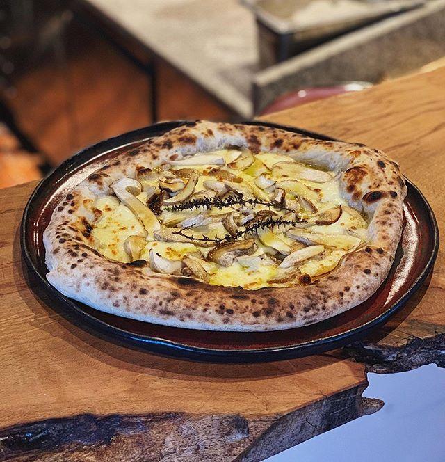 Pizza Porcini 🍄 Our new seasonal pizza is now on the menu! . . . #chuelebrunne #chuelebrunnepizza #zumikon #zumiker #zollikon #küsnacht #forch #goldküste #holzofenpizza #pizzaporcini #steinpilze