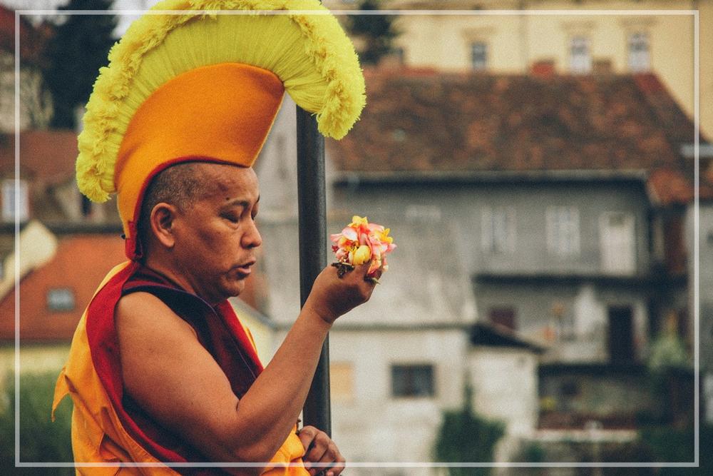 Tibet in Maribor - Prihod Dalajlame v Maribor in obisk tibetanskih menihov pri obredu postavljanja in pospravljanja mandale.