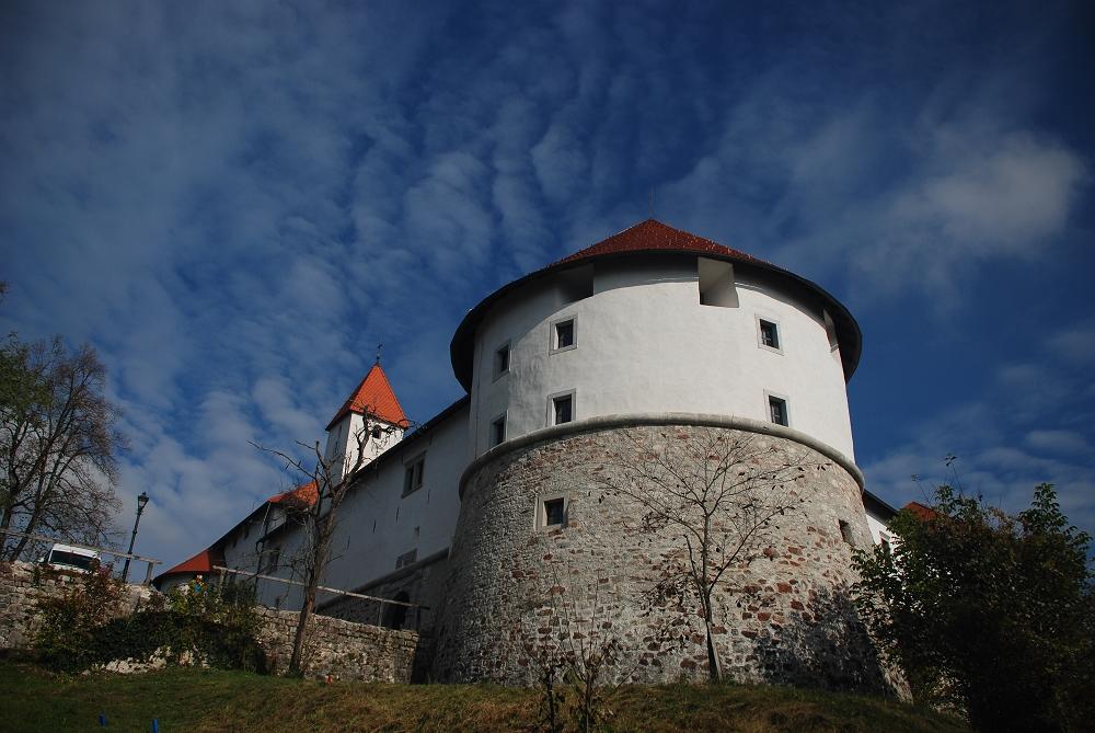 Grad Turjak skozi čas - Z gradom povezano je ime družine Auersperg, ki bila je najvplivnejša plemiška rodbina na Slovenskem in ena izmed najbogatejših in vplivnejših plemiških družin v habsburški monarhiji.