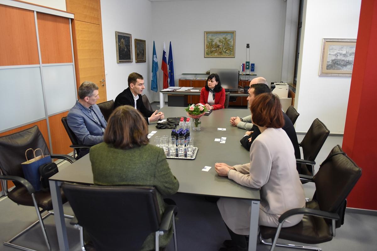 Obisk delegacije Univerze Novi Sad - Ekonomsko-poslovno fakulteto Univerze v Mariboru sta obiskala prof. dr. Aleksandar Grubor, dekan, in dr. Tomislav Sudarevič, prodekan za mednarodno sodelovanje, iz Univerze Novi Sad z namenom podaljšanja Bilateralnega sporazuma.